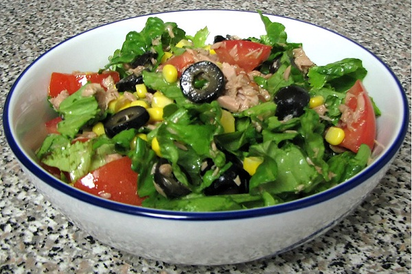 Рецепт салата с тунцом и листьями салата рецепт